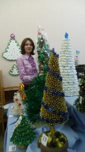 Директор районной централизованной клубной системы Наталья Журавкова в окружении креативных елочек, отобранных в финал конкурса